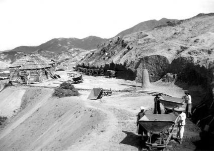 工人在平整山坡。(1930年代)